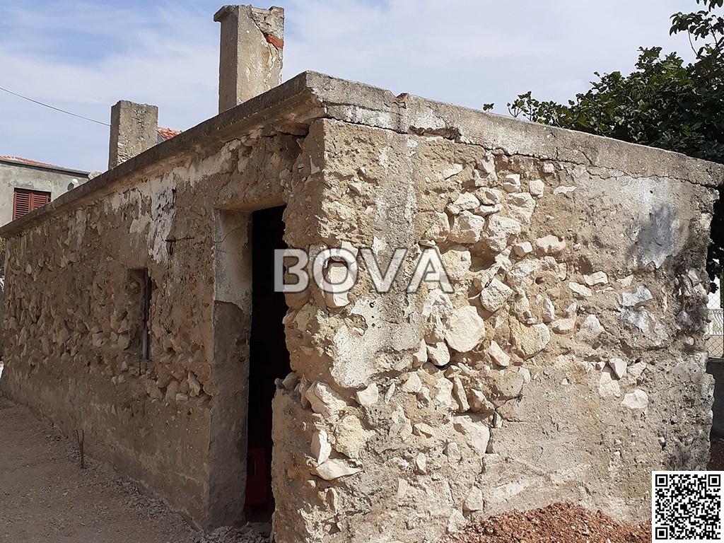 Stara kamena kuća 98 m2 – Vrsi *priključak struja / voda*  (ID-2072)